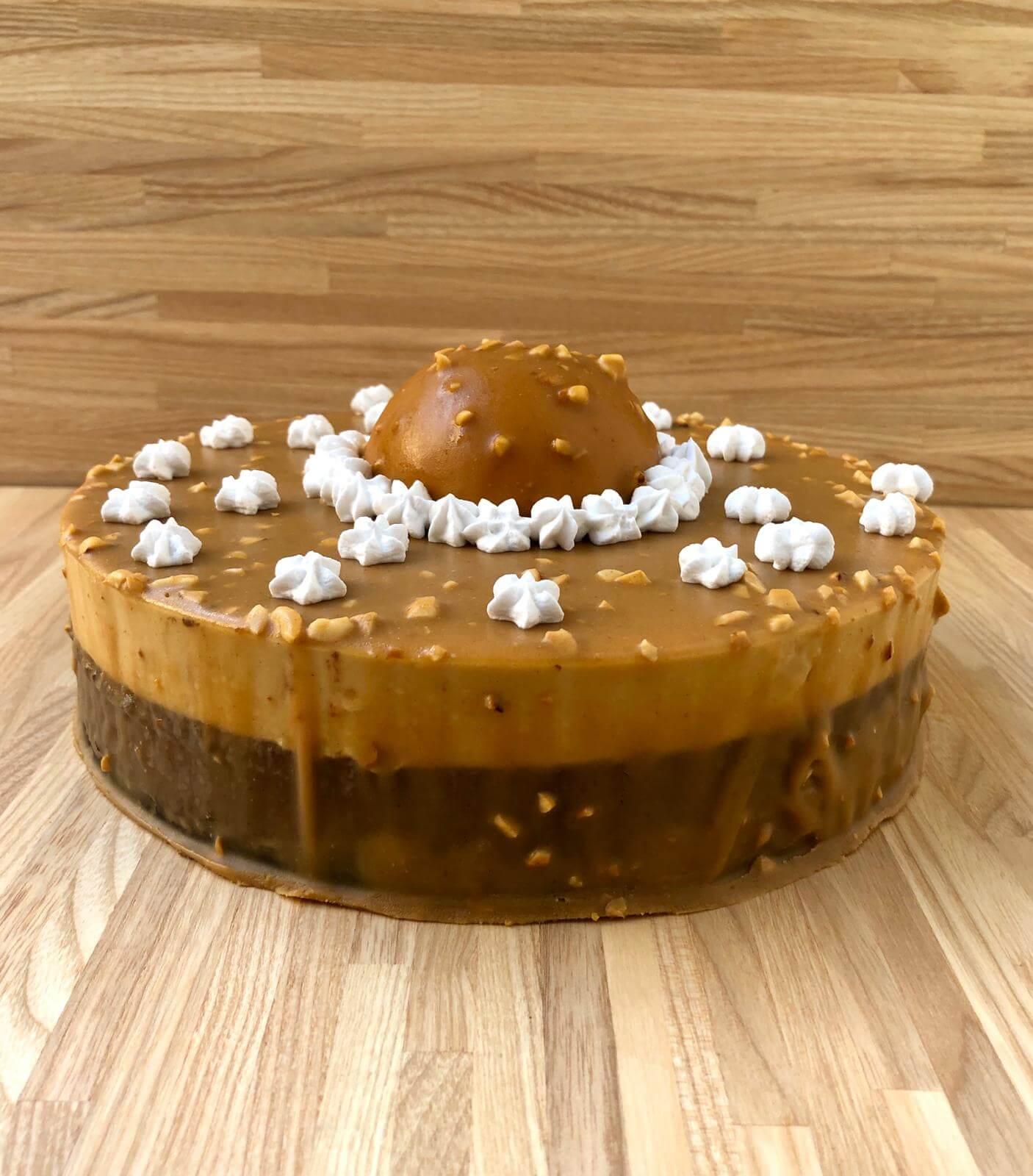שני דייזי דנה/ עוגת מוס שוקולד מריר, ומוס חמאת בוטנים.