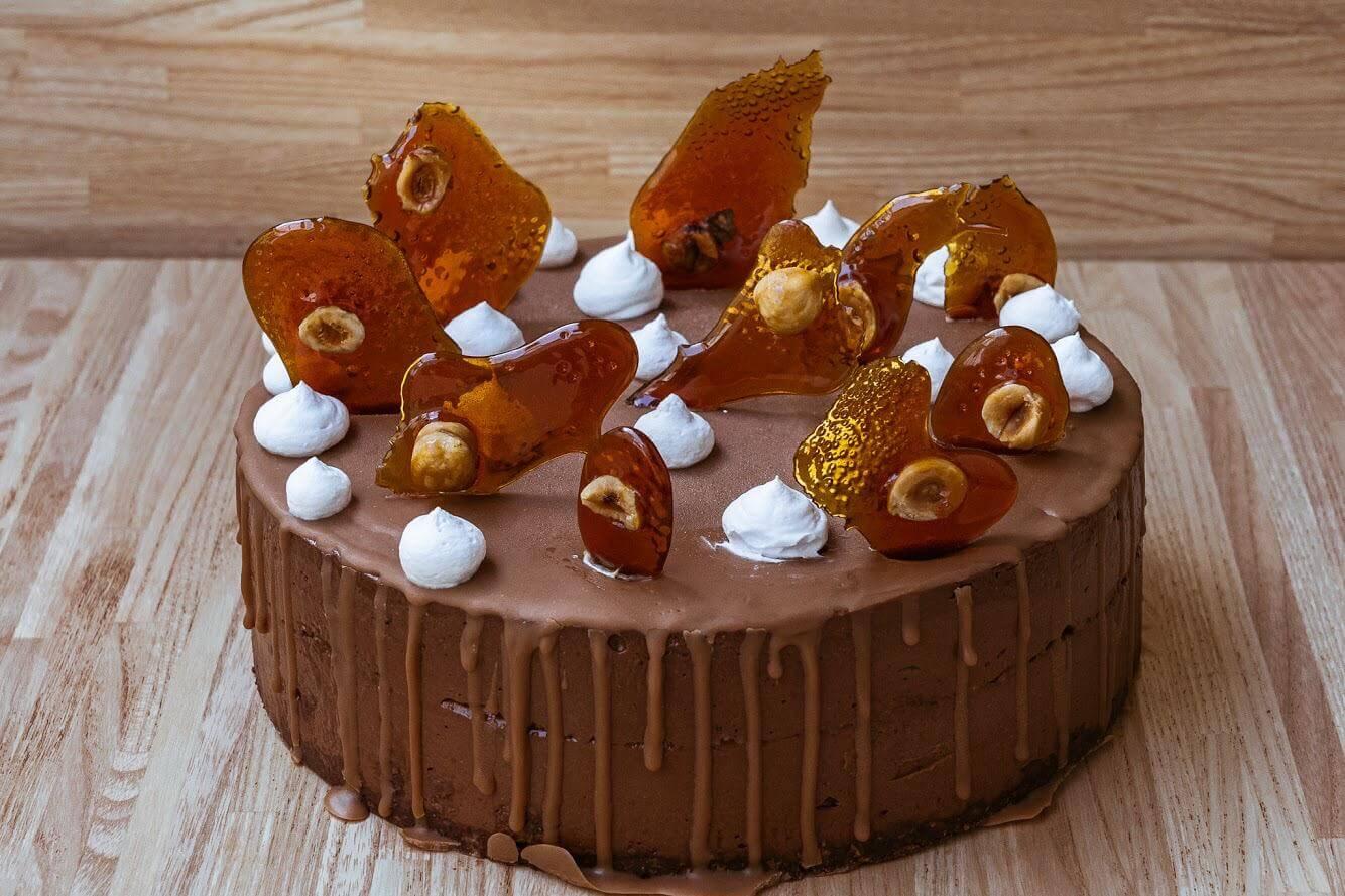 שני דייזי דנה/ עוגת מוס חגיגית שוקולד פרלינה (אגוזי לוז מקורמלים וטחונים)