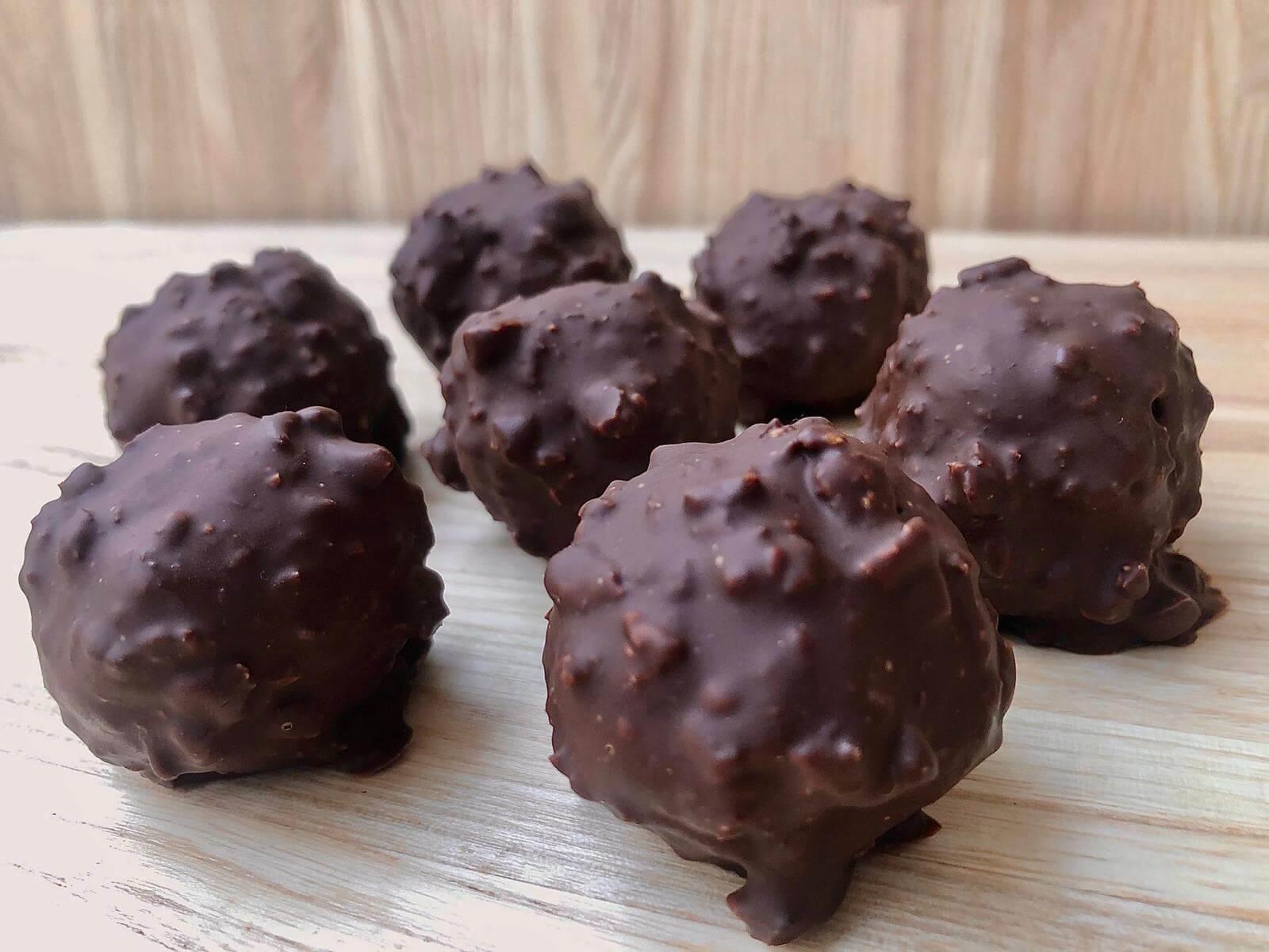 שני דייזי דנה/ כדור שוקולד חלומי פרלינה, אגוזי לוז ושוקולד מריר